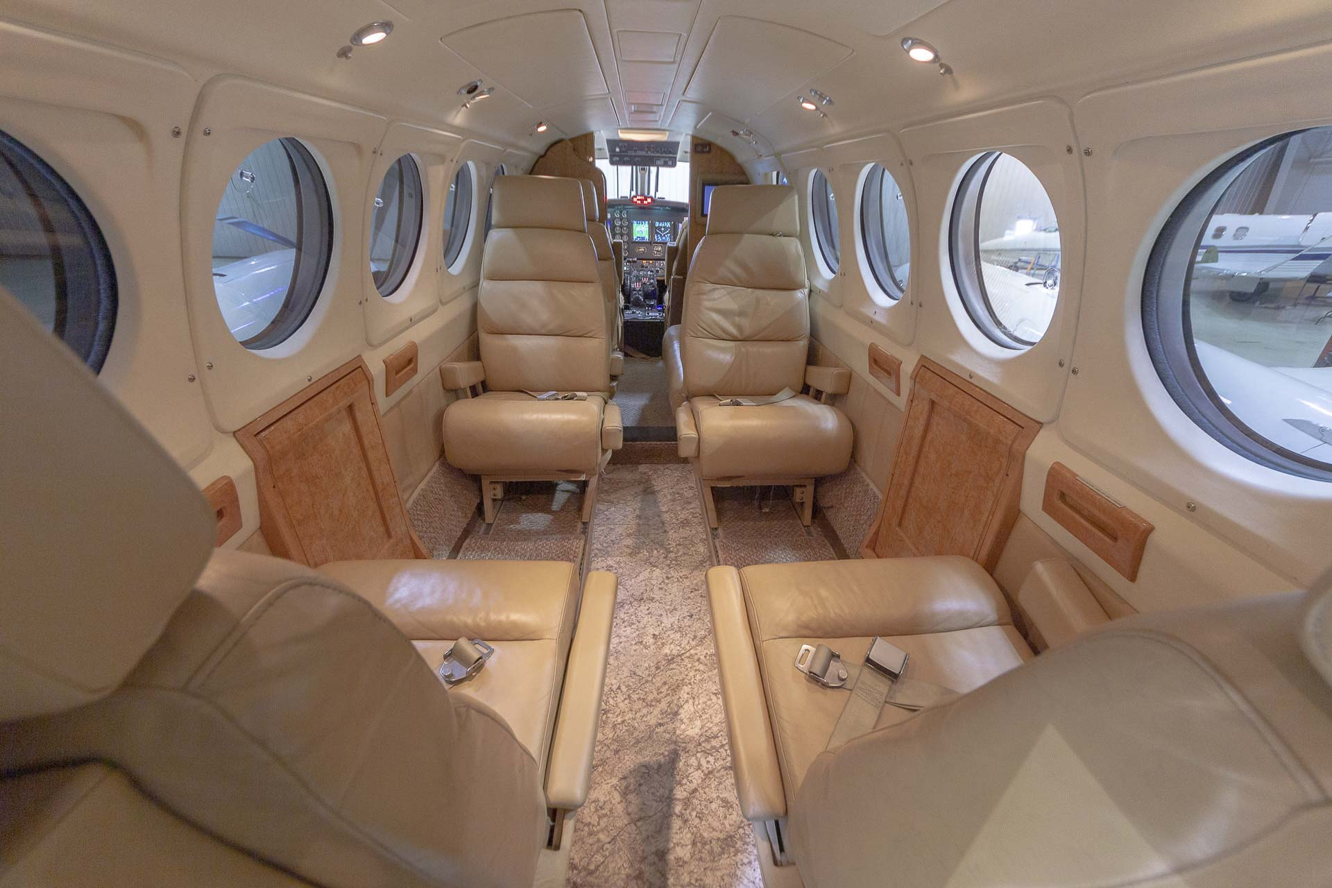 Kingair aeroloc floor foward