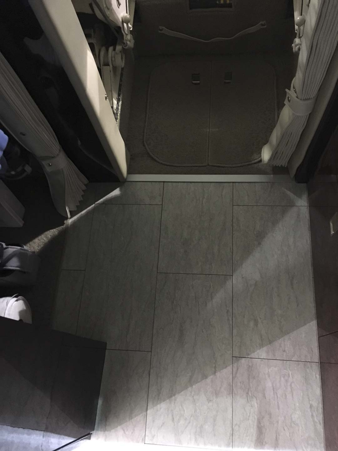 Challenger 601 aeroloc floor entry