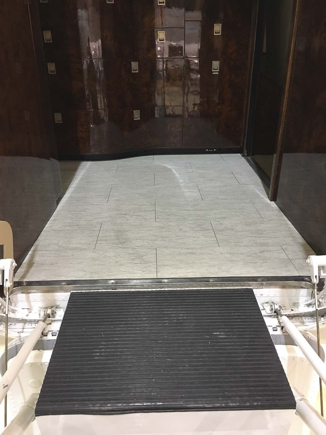 Challenger 601 aeroloc floor entry steps